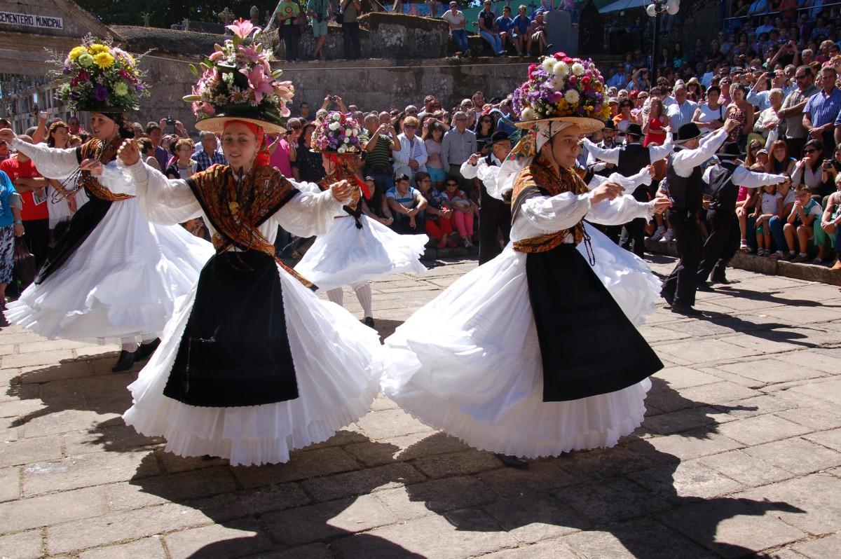 Darbo (Cangas) escenifica en su romería una de las danzas más antiguas de Galicia