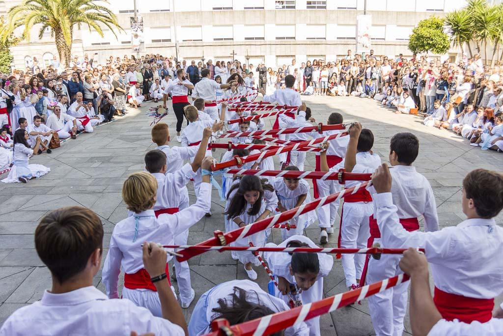 Marín revive con enorme esplendor su ancestral Danza de Espadas en honor a San Miguel