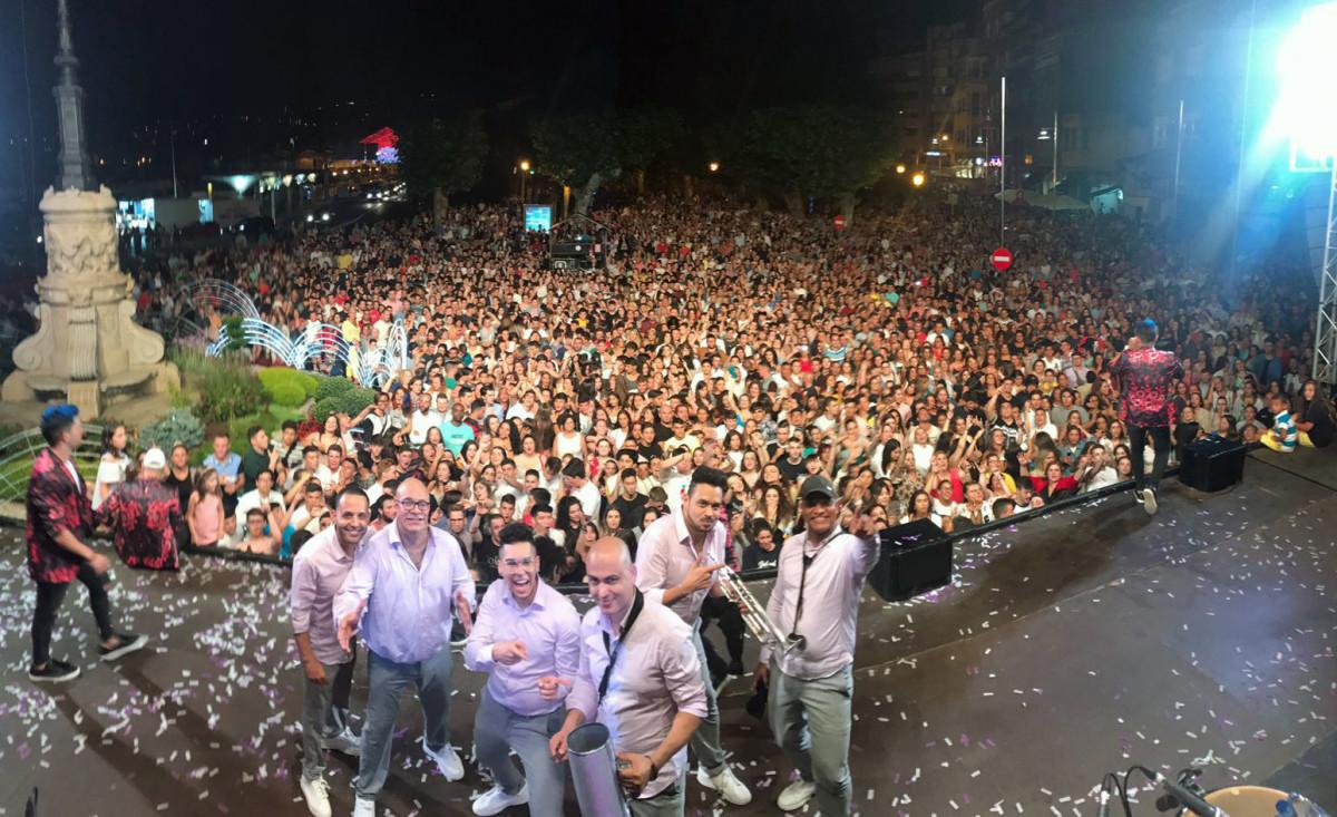 El Combo rompe moldes en Marín, con más de 5.000 personas. Hoy Marbella y mañana Panorama